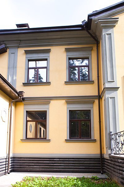 Houses Exteriors Design Idea Yellow House with Сontrasting Trim