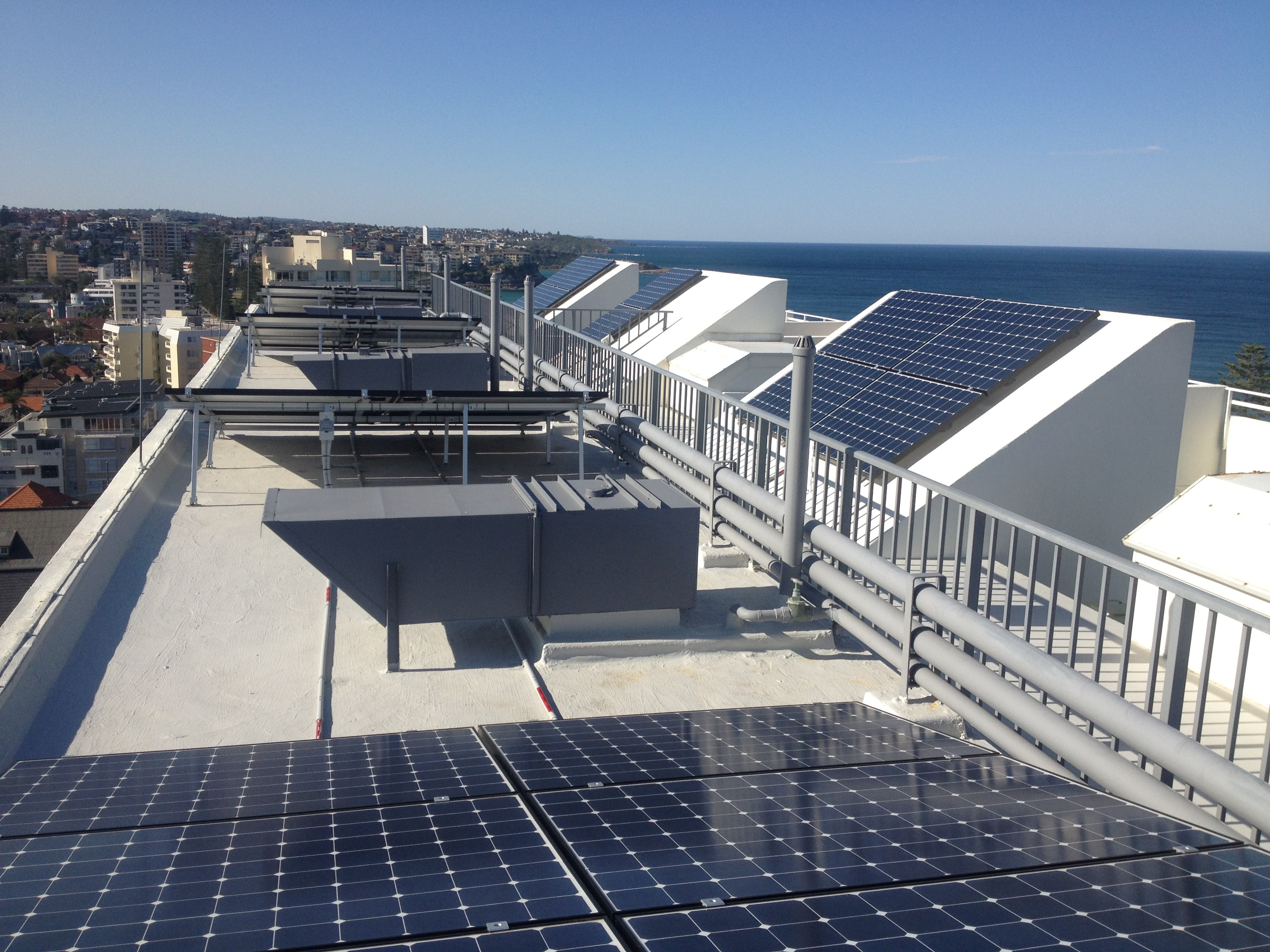 Solar panel on the roof of an apartment complex // solarchoice.net.au